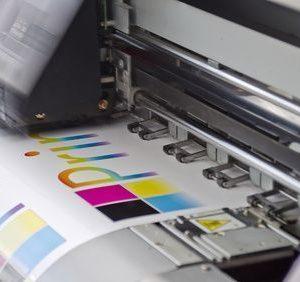 Digitaldrucker Werbetechnik bei der Arbeit
